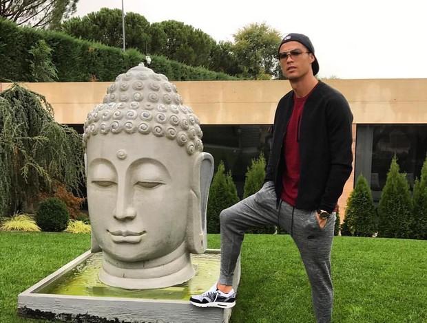 BLOG: Cristiano Ronaldo posta foto com estátua de Buda, e gafe ofende seguidores