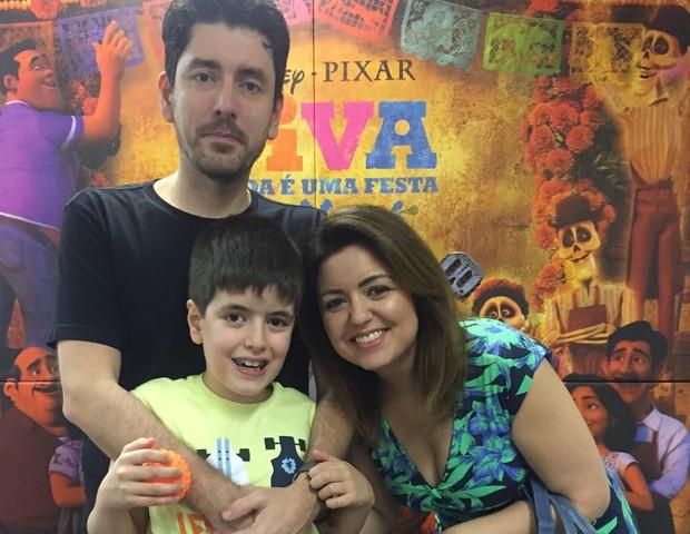 Andrea Werner, autora do livro Lagarta Vira Pupa, com seu filho Theo e seu marido Leandro  (Foto: CRESCER)