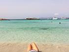 Guilhermina Guinle mostra as pernas em praia de Ibiza, onde passa férias