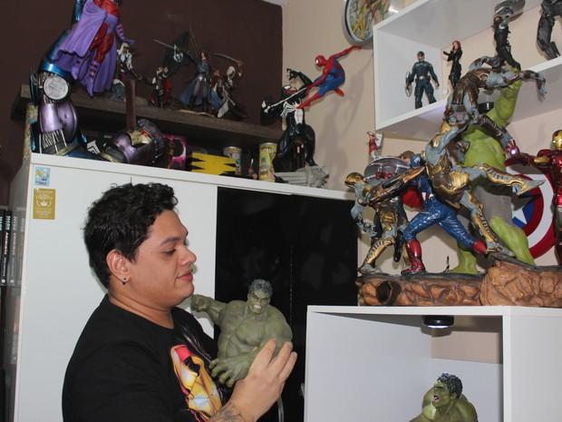 Rubens de Lima gasta boa parte do salário comprando bonecos (Foto: Gustavo Almeida/G1)