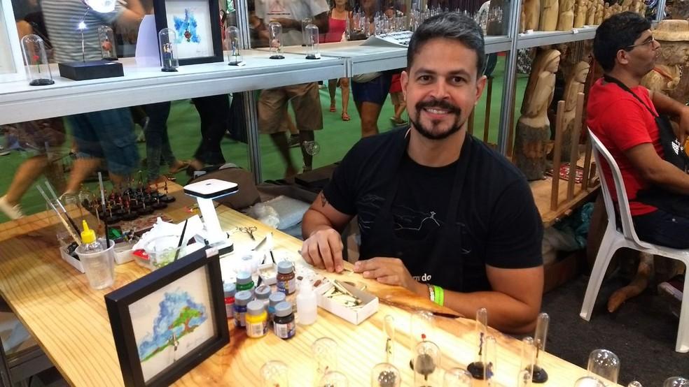 Albino Junior produz as miniaturas há mais de vinte anos (Foto: Penélope Araújo/G1)