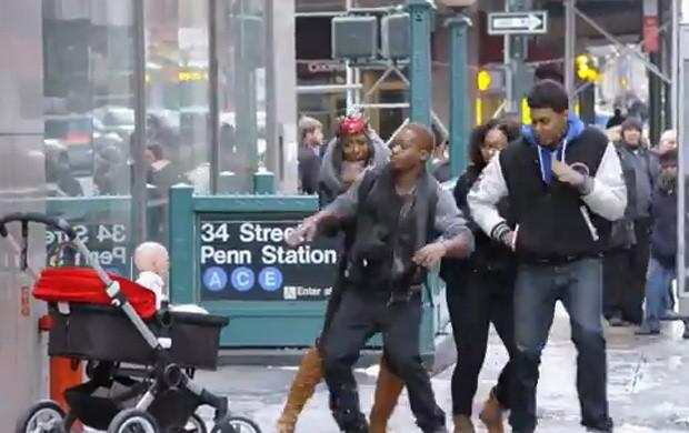 Pegadinha com 'bebê do mal' assustou pedestres em Nova York e foi assistida mais de 3,5 milhões de vezes em menos de um dia (Foto: Reprodução/YouTube/DevilsDueNYC)