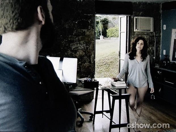 Camila vê Kiko fazendo uma ligação misteriosa e o questiona (Foto: O Rebu / TV Globo)
