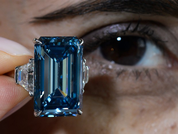 Ele é classificado na categoria - Fancy vivid Blue -, a cor mais rara para os diamantes azuis. (Foto: AFP)