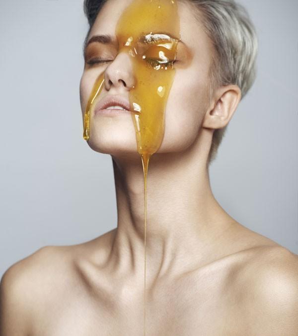 Use uma máscara caseira com mel para cuidar da pele neste inverno (Foto: Thinkstock)