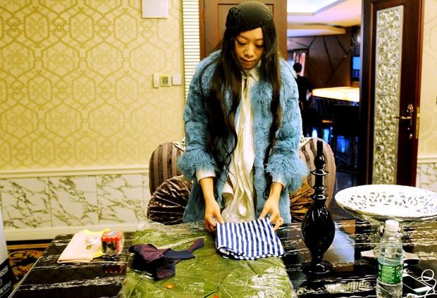 Entre os testes, mulheres tiveram que dobrar roupas. (Foto: AFP)