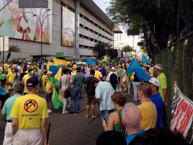 Manifestantes fecham trecho da avenida Hermes da Fonseca, em Natal (Foto: Emmily Virgilio/Inter TV Cabugi)