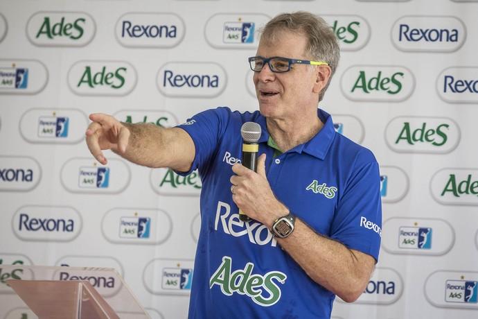 Bernardinho esbanja bom humor durante a apresentação do time do Rio de Janeiro (Foto: Márcio Rodrigues)