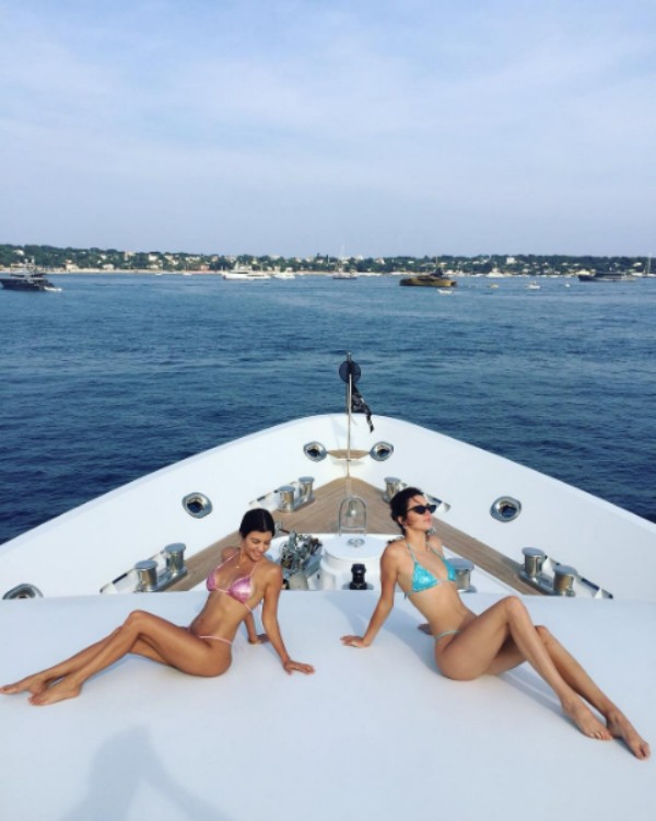 Kourtney Kardashian e a meia-irmã, Kendall Jenner em iate em Cannes (Foto: Reprodução/Instagram)
