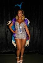 Com fantasia de borboleta, Valesca Popozuda exibe coxões em baile