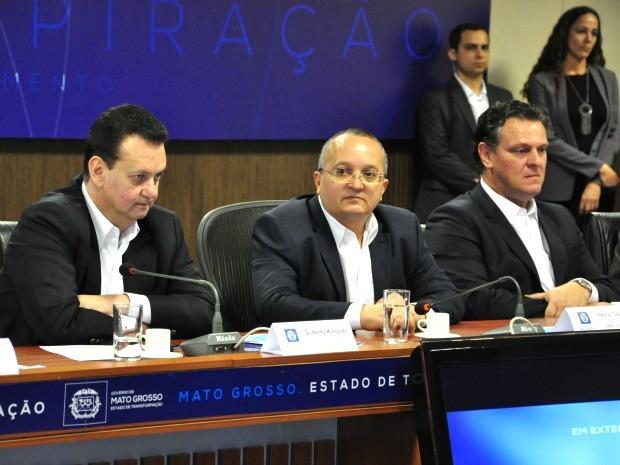 O ministro das Cidades, Gilberto Kassab (PSD), o governador de Mato Grosso, Pedro Taques (PSDB), e o vice-governadro Carlos Fávaro (PSD). (Foto: Renê Dióz / G1)