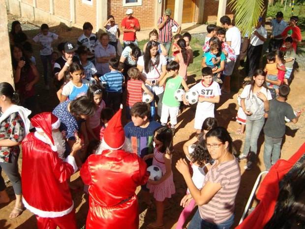 Crianças e pais recebem presentes de Natal em ação (Foto: Arquivo Pessoal/ Kátia Raskevicius)