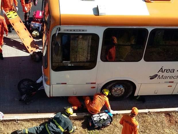 Bombeiros resgatam vítimas de acidente com ônibus na EPTG, no DF (Foto: Corpo de Bombeiros DF/Divulgação)
