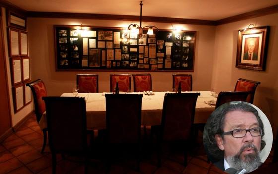 A mesa cativa de Ulysses Guimarães no restaurante Piantella, em Brasília. No detalhe, o advogado Antonio Carlos de Almeida Castro, o Kakay, dono do restaurante (Foto: Ailton de Freitas/Agência O Globo/ Claudio Andrade / Editora Globo)