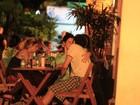 Fernanda Paes Leme troca beijos calientes com ator na noite carioca