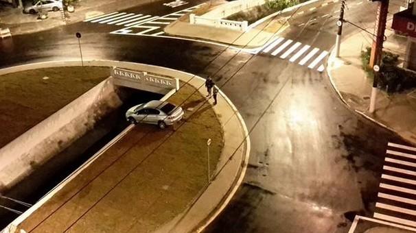 Carro colide com mureta (Foto: Marcos Capella/Arquivo Pessoal)
