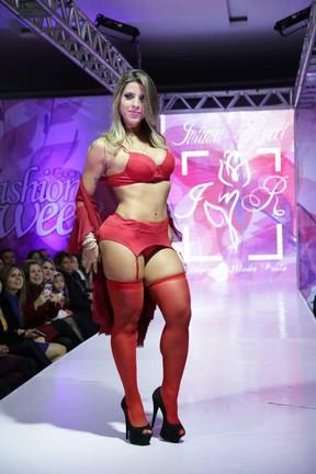 Ana Paula Minerato desfila de lingerie em evento de moda em São Paulo (Foto: Renato Arizati/ Divulgação)
