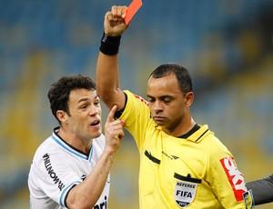 Kleber e o árbitro Wilton Pereira Sampaio Grêmio x Botafogo (Foto: Ricardo Ramos / Agência Estado)