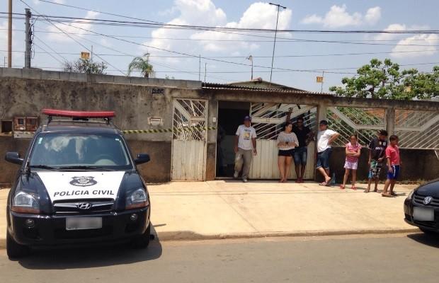 Homem mata a mulher e escreve em parede com o sangue dela, diz PM em Goiás (Foto: Fernanda Trigueiro/TV Anhanguera)