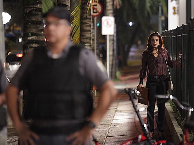 Rosângela vê a confusão de Wanda e se afasta (Foto: Salve Jorge/TV Globo)