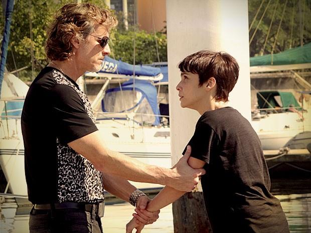 Max deixa a parceria de lado e parte para violência (Foto: Avenida Brasil / TV Globo)