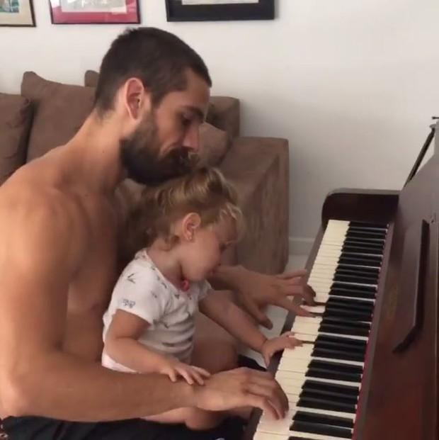 Rafael Cardoso e filha (Foto: Instagram / Reprodução)