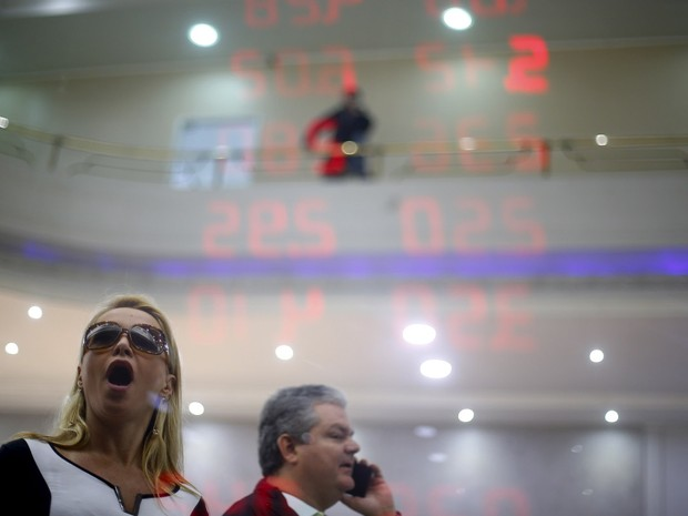 Uma mulher reage ao ler a cotação do dólar e outras moedas em relação ao real no painel eletrônico de uma casa de câmbio no Rio de Janeiro (Foto: Ricardo Moraes/Reuters)