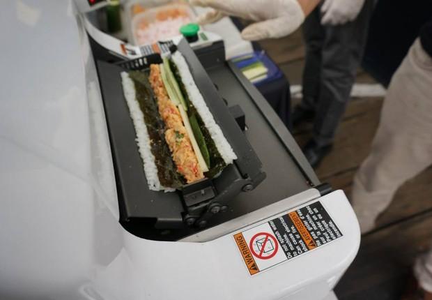 Máquina faz produz 200 peças de sushi por hora, quatro vezes a capacidade humana, segundo a fabricante Autec USA (Foto: Reprodução/Facebook)