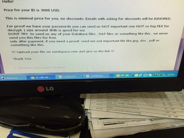 Mensagem em inglês pede três mil dólares para devolver o sistema da empresa (Foto: Arquivo Pessoal)
