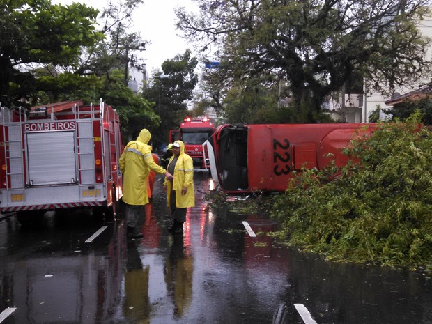 Acidente ocorreu na Rua Dona Augusta, no bairro Menino Deus (Foto: Augusto Carneiro/RBS TV)
