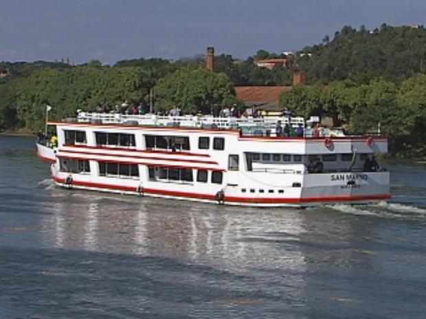 Barcos de turismo navegam normalmente em Barra Bonita (Foto: Reprodução/TV TEM)