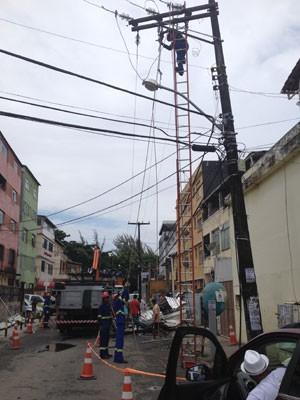 Telhado desabano bairro do IAPI; equipes trabalham na rede elétrica (Foto: Alex de Paula/G1)