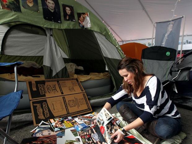 No 'camping' improvisado por fãs de 'Crepúsculo', a jovem Heather Hagan faz um poster dentro de sua barraca, montada diante do local onde acontece a première do último capítulo da saga (Foto: Matt Sayles/Invision/AP)