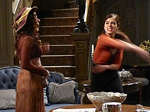 Laura dá uma bofetada em Catarina (Foto: Lado a Lado / TV Globo)