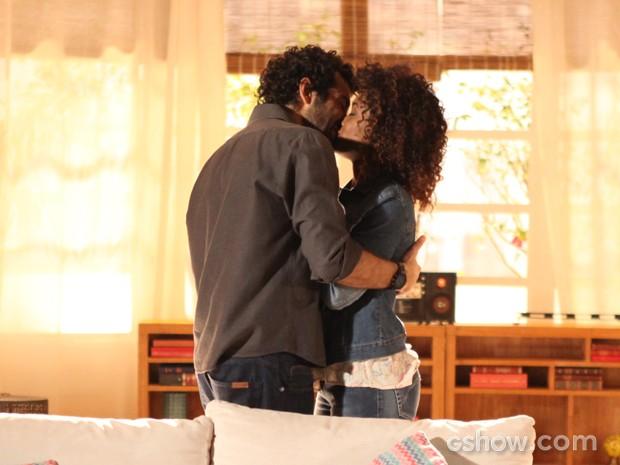 Eles selam o pedido com um beijão (Foto: Pedro Curi/TV Globo)