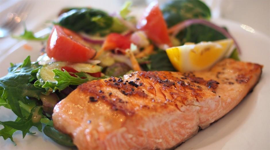 alimentação saudável_restaurante_peixe_salada (Foto: Divulgação)