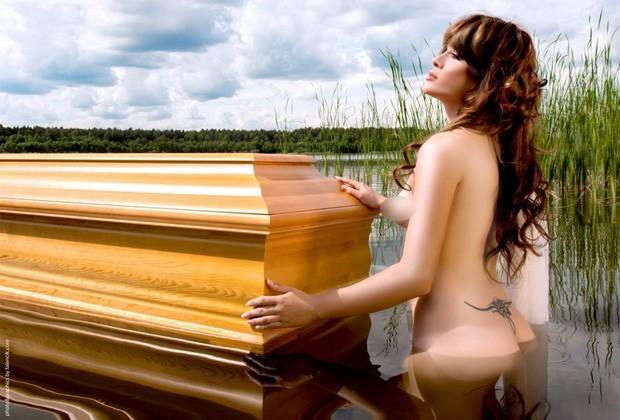 Empresa fez calendário sexy para promover venda de caixões (Foto: Divulgação/Lindner)