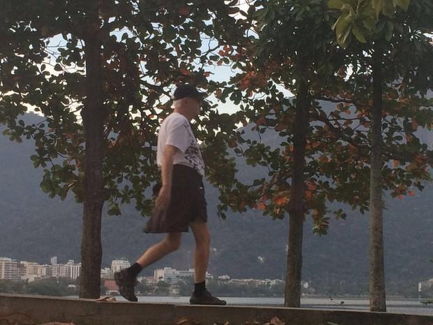 Ney Latorraca caminhando na Lagoa (Foto: Lívia Machado/G1)