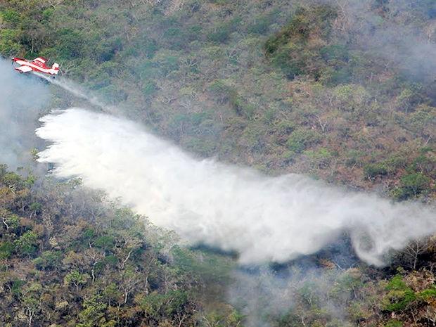 Pelo 5º dia, bombeiros tentam apagar incêndio em parque de Mato Grosso