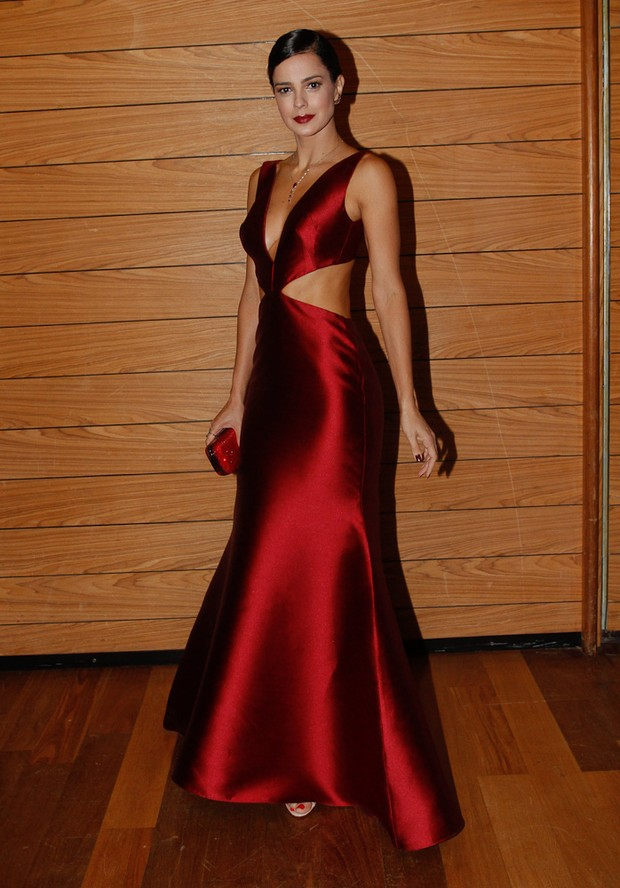 52663750e EGO - Vera Viel usa vestido sexy em baile de gala ao lado de Rodrigo ...