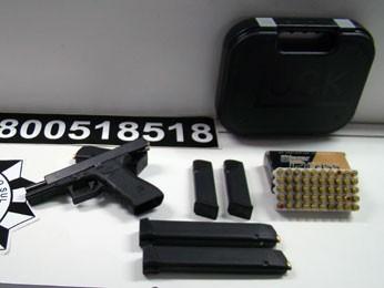 Pistola foi apreendida com jovem de 24 anos (Foto: Divulgação/Polícia Civil)