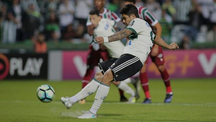 Henrique Almeida Coritiba Fluminense pênalti (Foto: Giuliano Gomes/Gazeta do Povo)