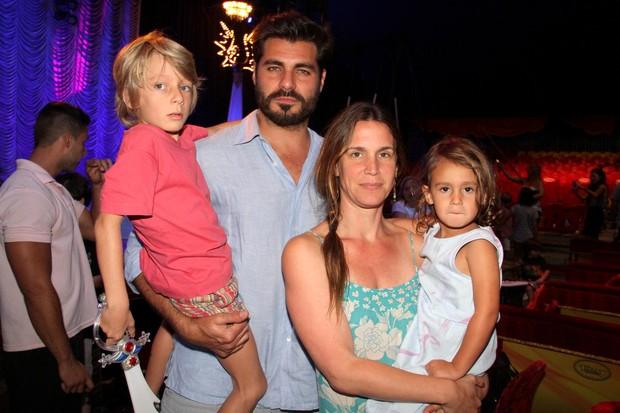 Thiago Lacerda e familia com nariz de palhaço no circo Tihany (Foto: Cleomir Tavares/Mural da Fama/Divulgação)