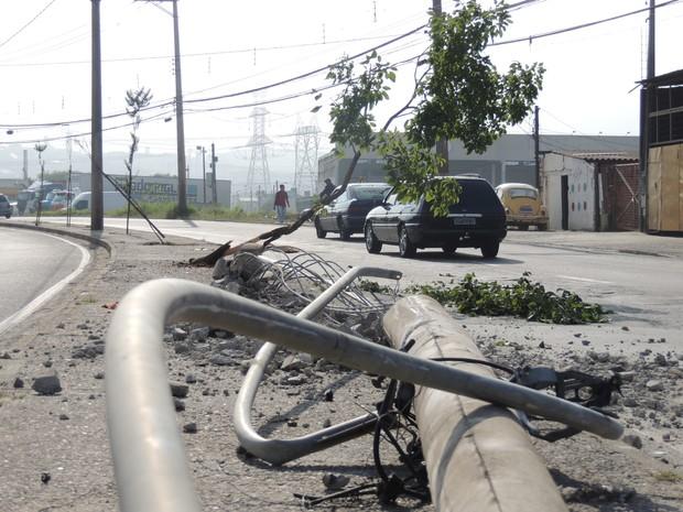 Veículo desgovernado derrubou postes, árvores e bateu em carros. (Foto: Jamile Santana/G1)