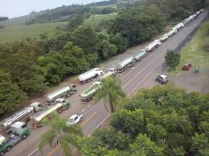 Caminhões-tanque carregados com combustível partiram de Ijuí (Foto: PRF/Divulgação)