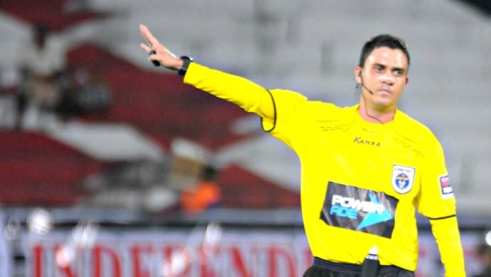 Árbitro Tiago Nascimento (Foto: Aldo Carneiro/Pernambuco Press)