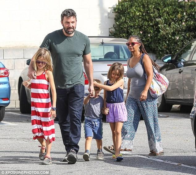 Ben Affleck passeando com os filhos (Foto: Divulgação)