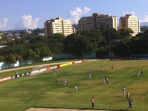 Times entraram em campo no Estádio do Trabalhador em busca de recuperação (Foto: Luís Filipe Pereira/GloboEsporte.com)