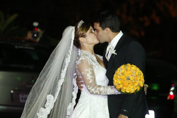 Bárbara Borges e Pedro Delfino se beijam (Foto: Felipe Panfili e Leo Marinho/Agnews)