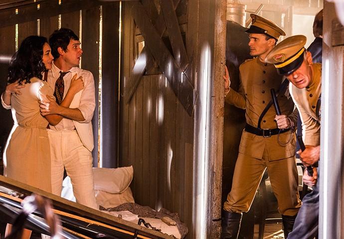 Policiais invadem cativeiro em busca de Sandra e Ernesto (Foto: Ellen Soares/Gshow)